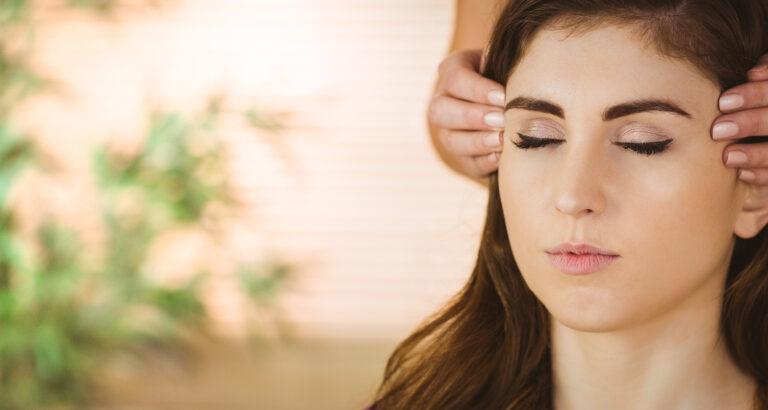 jeune femme recevant du reiki sur la tête