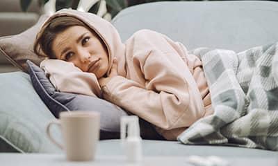 jeune fille déprimant sur canapé avant séance de reiki