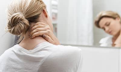 Femme souffrant du cou avant séance de reiki