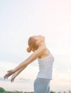 Jeune fille savourant la vie et le soleil