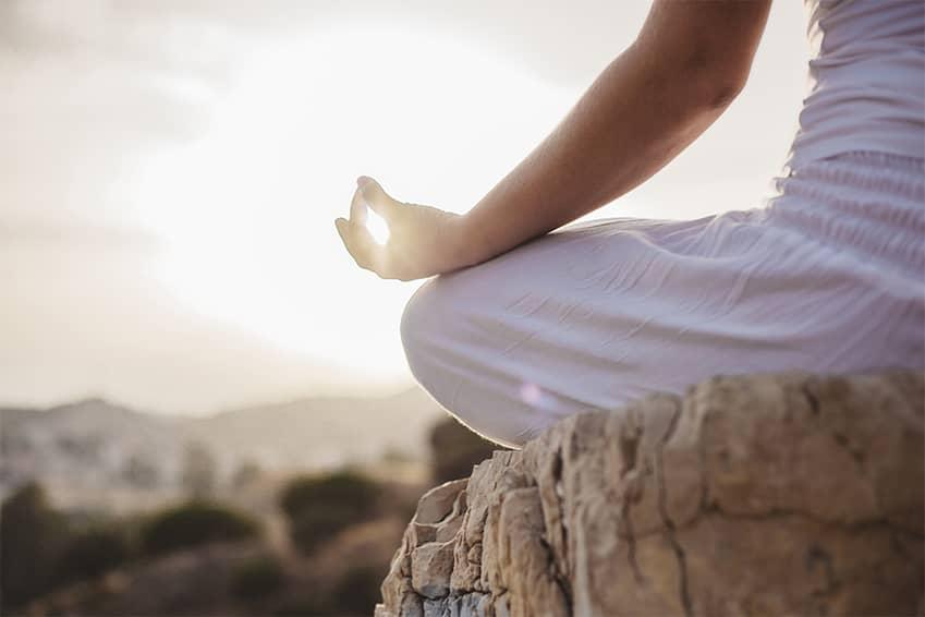 méditation sur un rocher
