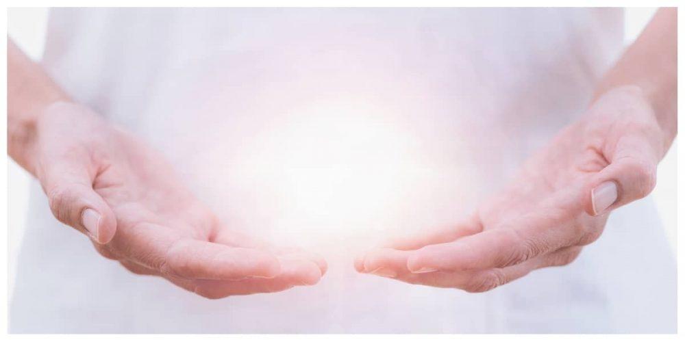 mains avec soins énergétiques
